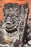 Scultura di pietra tradizionale nel tempio in Ubud, Bali, Indonesia fotografia stock