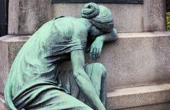 Scultura di rame di una donna di dolore ad una tomba fotografia stock