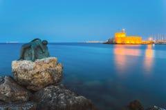 Scultura di un angelo su un fondo della fortezza di San Nicola Isola di Rodi La Grecia Fotografia Stock