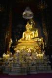Scultura di un Buddha messo sul tempio buddista vihan dell'altare di Wat Bovornniwet Wihan Bangkok, Tailandia Fotografia Stock