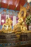 Scultura di un Buddha messo sull'altare di un tempio buddista di Wat Chanasongkram Bangkok, Tailandia Fotografia Stock Libera da Diritti