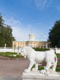Scultura di un leone e del palazzo Immagine Stock Libera da Diritti