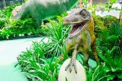 Scultura di un modello della valle del dinosauro in un parco tropicale del giardino del grande magazzino fotografie stock libere da diritti