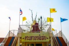 Scultura di un monaco e delle bandiere colorate multi al tempio thailand Fotografia Stock Libera da Diritti