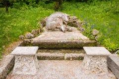Scultura di un verro con i porcellini in un parco del castello di Hellbrunn, Salisburgo, Austria Fotografie Stock Libere da Diritti