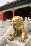 Scultura dorata del leone nella città severa Fotografie Stock Libere da Diritti