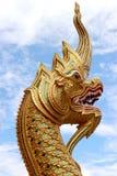 Scultura dorata del serpente in tempio di Chiang Mai, Tailandia Fotografia Stock