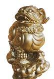 Scultura dorata isolata del leone, drago Immagini Stock