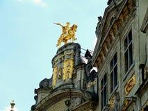 Scultura dorata splendida di Charles-Alexandre de Lorraine sulla L di costruzione d'annata ` Oron di Arbre D del ` a Grand Place  fotografia stock