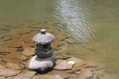Scultura e lago della roccia Fotografia Stock