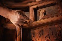 Scultura e lucidatura della mobilia di mogano immagini stock libere da diritti