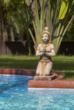 Scultura e piscina tailandesi tradizionali in giardino tropicale thailand immagine stock