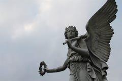 Scultura femminile alata di angelo Immagine Stock