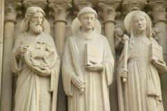 Scultura fuori del Notre Dame Cathedral, Parigi, Francia Fotografia Stock Libera da Diritti