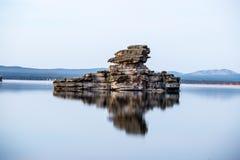 Scultura naturale della roccia con la riflessione in lago Immagine Stock Libera da Diritti