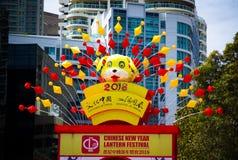 Scultura sveglia gialla della carta del cane al festival di lanterna cinese del nuovo anno 2018 al parco di Tumbalong, porto caro Fotografie Stock