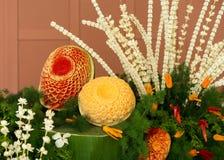 Scultura tailandese della frutta dell'anguria da stile di scultura tailandese con il fiore tailandese del gelsomino immagini stock libere da diritti