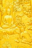 Scultura tailandese tradizionale di arte di stile della storia di Buddha sulla porta del tempio Fotografie Stock Libere da Diritti