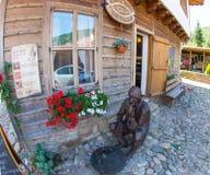 Scultura vicino all'entrata all'hotel rurale nel paesino di montagna di Zheravna in Bulgaria Fotografie Stock Libere da Diritti