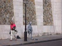 Scultura vivente triste e un turista di passaggio Parigi, Francia 5 agosto 2009 fotografie stock libere da diritti