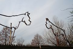 Sculture antiquate della siluetta del ferro sotto forma dei cani tedeschi del pugile con le orecchie potate e le code, una pratic immagine stock libera da diritti