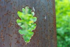 Sculture arrugginite del fiore del metallo in foresta Fotografia Stock