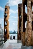 Sculture contemporanee dell'acciaio inossidabile e dell'albero in Krabi Immagine Stock