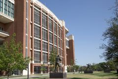 Sculture da estrela de futebol e Memorial Stadium de Oklahoma fotografia de stock royalty free