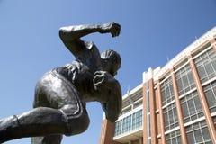 Sculture da estrela de futebol e memorial Studium de Oklahoma foto de stock royalty free