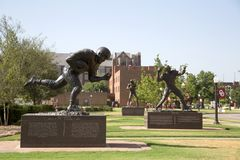 Sculture da estrela de futebol na universidade do terreno de Oklahoma fotografia de stock royalty free