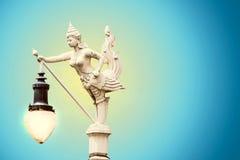 Sculture de femme et d'oiseau est une lanterne Images stock