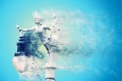 Sculture de femme et d'oiseau est une lanterne avec la fractale de particules aucune Photos libres de droits