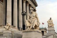 Sculture dei filosofi greci alla costruzione del Parlamento dell'Austria Fotografia Stock Libera da Diritti