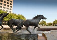 Sculture del cavallo all'edificio per uffici Fotografie Stock Libere da Diritti