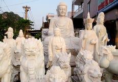 Sculture del marmo di Buddha sul tessuto Fotografia Stock Libera da Diritti