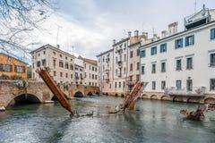 Sculture del metallo in canale dell'acqua di Treviso Fotografia Stock