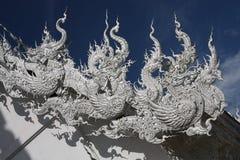 Sculture del tetto con i draghi tailandesi, Tailandia fotografia stock