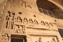 Sculture dell'intarsio in caverna profonda del buddista immagini stock libere da diritti