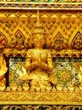 Sculture dell'oro delle divinità celesti sulle pareti del palazzo Bangkok di re Fotografia Stock Libera da Diritti