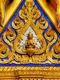 Sculture dell'oro delle divinità celesti sulle pareti del palazzo Bangkok di re Fotografia Stock