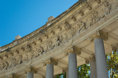 Sculture della colonnato, stagno del parco della ritirata piacevole Immagine Stock