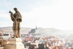 Sculture della st Wenceslas - il patrono della repubblica Ceca nella priorità alta, nella vista del fondo della città di Fotografie Stock Libere da Diritti