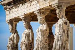 Sculture delle donne nell'acropoli complessa del tempio a Atene fotografia stock libera da diritti