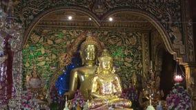 Sculture di Buddha nel tempio buddista Wat Ming Muang Chiang Rai, Tailandia video d archivio