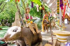 Sculture di Hinduismo circa il soggiorno gigante su una grande statua del ratto al tempio di rai-Khing del wat immagini stock