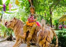 Sculture di Hinduismo circa il soggiorno gigante su una statua della tigre al tempio di rai-Khing del wat fotografia stock libera da diritti