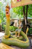 Sculture di Hinduismo circa il soggiorno gigante su una statua verde del naga al tempio di rai-Khing del wat fotografie stock