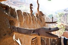 Sculture di legno sul tetto, Mali (Africa). Immagine Stock