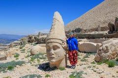 Sculture di pietra antiche di re e degli animali sul monte Nemrut Nemrut Dag fotografia stock libera da diritti