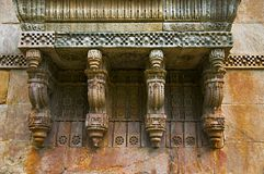 Sculture di pietra sulla parete esterna di Jami Masjid Mosque, Unesco Champaner protetto - parco archeologico di Pavagadh, Gujara Immagini Stock